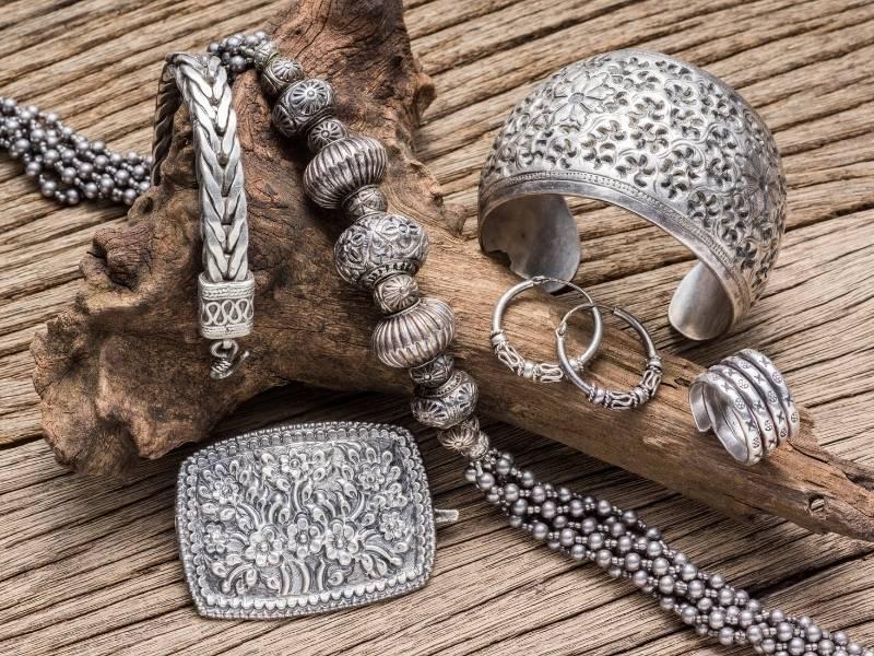 Method 1 Polish the Fake Silver Jewelry